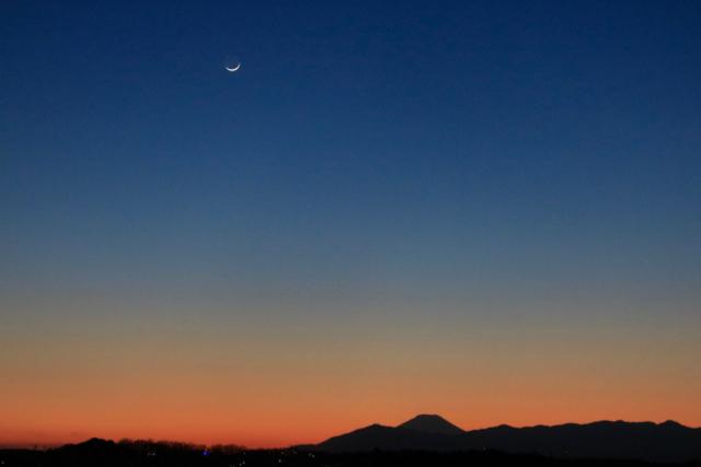細い三日月と富士山のシルエット。_f0348831_23222102.jpg