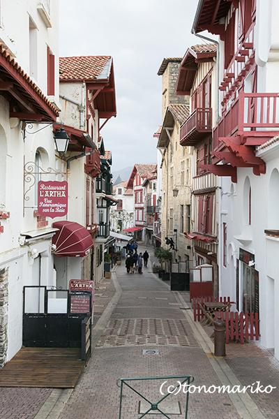 静かなバスクの赤と白の街_c0024345_18341669.jpg