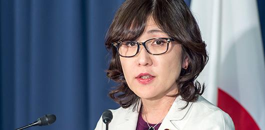 安倍首相を取り巻く女性たち_e0041047_04383660.jpg