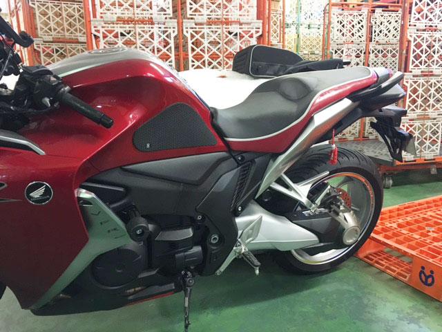 VFR1200にバイクザシートインサイド _e0114857_22181377.jpg