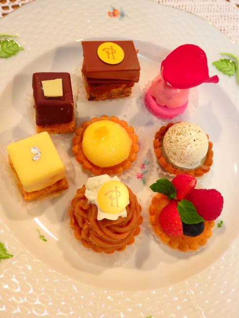 Happy Valentine*s Day*のティータイム♡Petit fours frais ♡Pierre Hermé Paris New Otani *† ♡   _a0053662_1257276.jpg