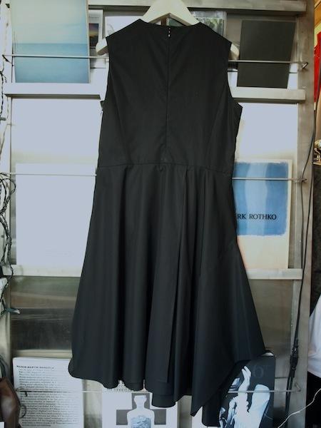 さまざまな場面で活躍するブラックドレス uemulo munenoli 『ELEONORA』_e0122680_16011511.jpg