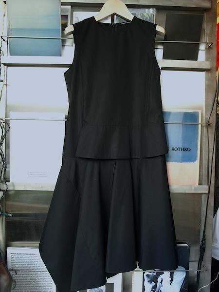 さまざまな場面で活躍するブラックドレス uemulo munenoli 『ELEONORA』_e0122680_16020909.jpg