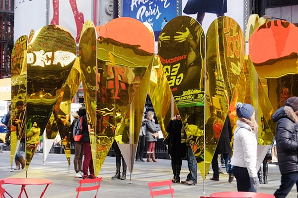 NYのタイムズスクエアに愛をテーマにしたアート作品、Heart of Hearts登場中_b0007805_3252767.jpg