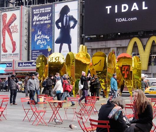 NYのタイムズスクエアに愛をテーマにしたアート作品、Heart of Hearts登場中_b0007805_3255397.jpg
