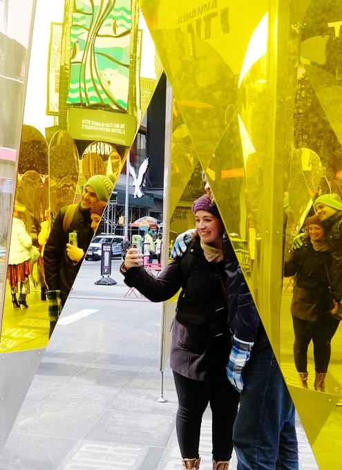 NYのタイムズスクエアに愛をテーマにしたアート作品、Heart of Hearts登場中_b0007805_3262986.jpg