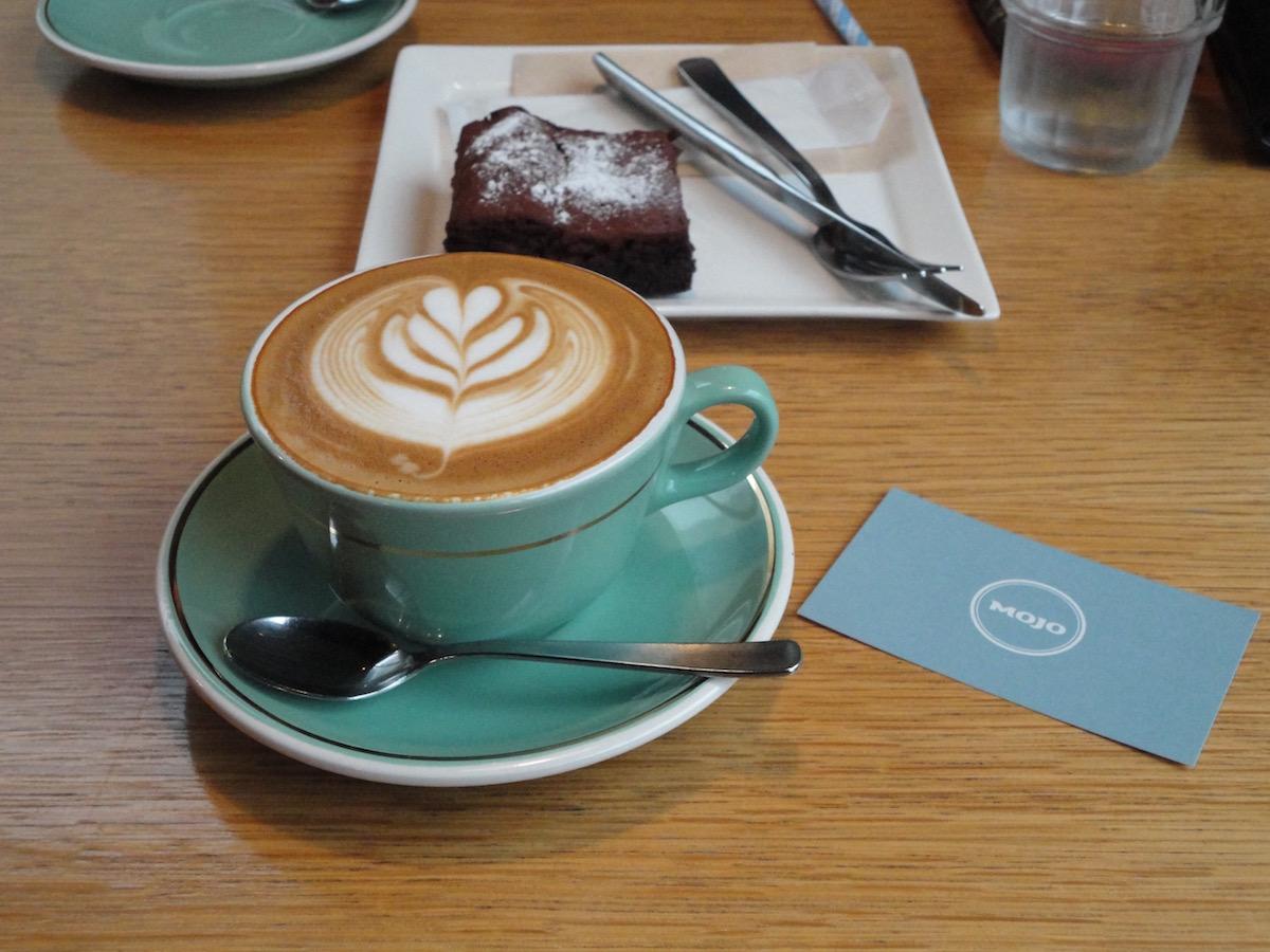 Mojo coffeeさんでフラットホワイト_e0230011_17434277.jpg