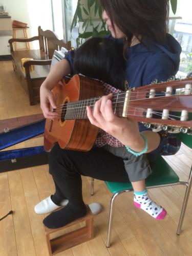 子供とギター_f0018889_13072362.jpg