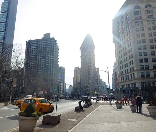ニューヨーク観光名所の1つ、フラットアイアン・ビル前の街角風景_b0007805_2213551.jpg