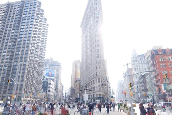 ニューヨーク観光名所の1つ、フラットアイアン・ビル前の街角風景_b0007805_22153889.jpg