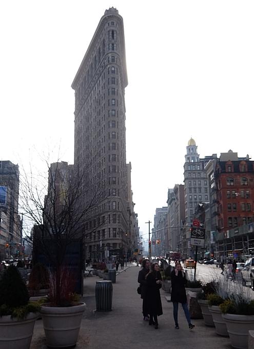 ニューヨーク観光名所の1つ、フラットアイアン・ビル前の街角風景_b0007805_22161827.jpg