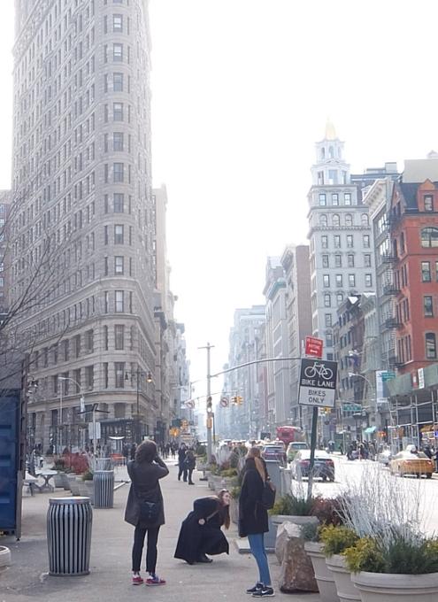 ニューヨーク観光名所の1つ、フラットアイアン・ビル前の街角風景_b0007805_22162827.jpg