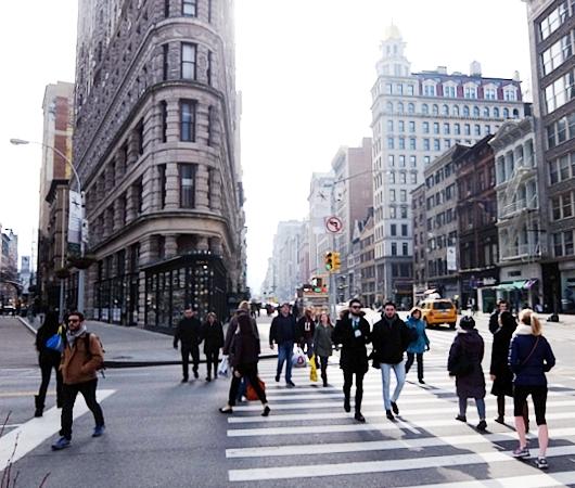 ニューヨーク観光名所の1つ、フラットアイアン・ビル前の街角風景_b0007805_22164080.jpg