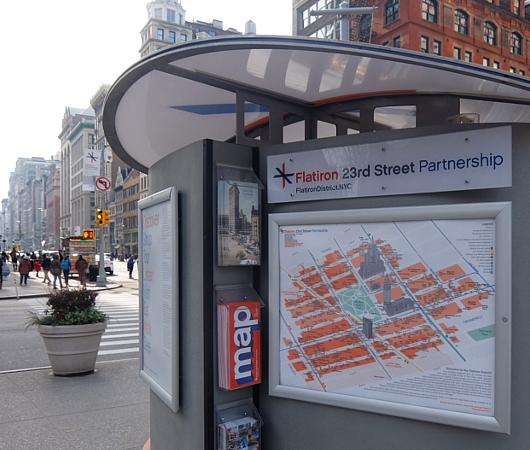 ニューヨーク観光名所の1つ、フラットアイアン・ビル前の街角風景_b0007805_22165564.jpg