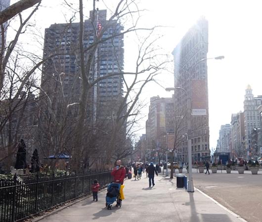 ニューヨーク観光名所の1つ、フラットアイアン・ビル前の街角風景_b0007805_2216668.jpg