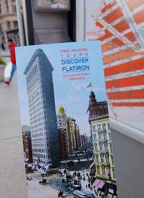 ニューヨーク観光名所の1つ、フラットアイアン・ビル前の街角風景_b0007805_2217780.jpg