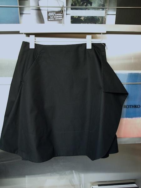 見れば見るほど摩訶不思議な構造のuemulo munenoliのスカート_e0122680_17495052.jpg