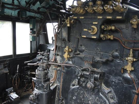 蒸気機関車の機関士の席はどちら側_e0232277_1433723.jpg
