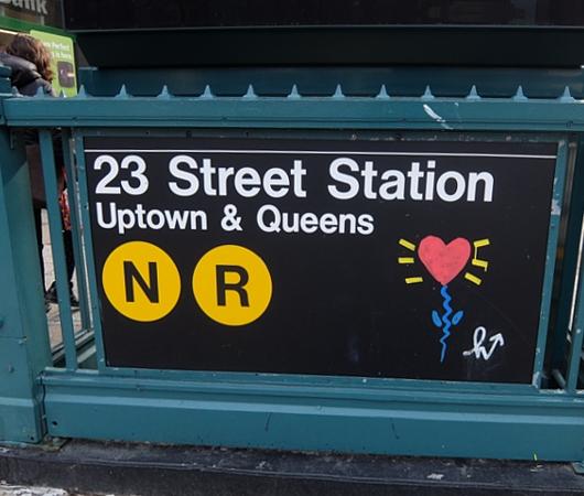 NYの街角で見つけた可愛らしいハート型したお花の絵のアート_b0007805_8102795.jpg