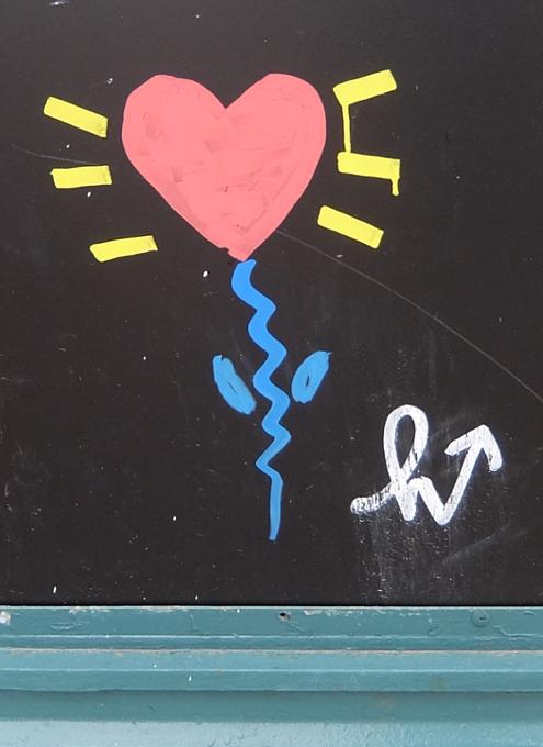 NYの街角で見つけた可愛らしいハート型したお花の絵のアート_b0007805_8122286.jpg