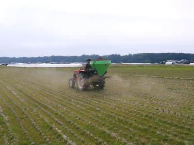 七城米 長尾農園 平成28年度のお米作りがスタートです!まずは満遍なく堆肥をまきます!!_a0254656_16582165.jpg
