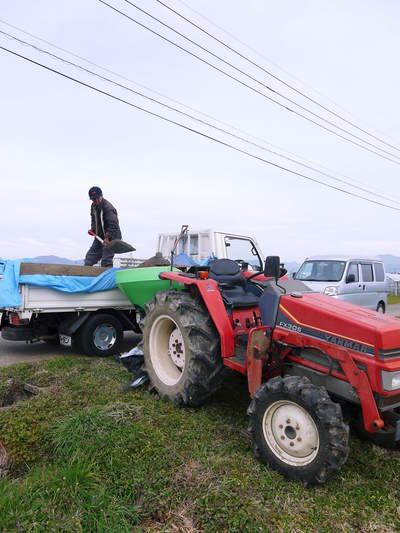 七城米 長尾農園 平成28年度のお米作りがスタートです!まずは満遍なく堆肥をまきます!!_a0254656_17285471.jpg