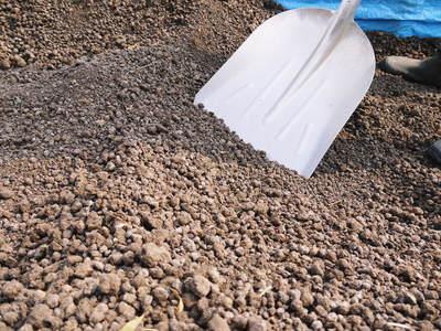 七城米 長尾農園 平成28年度のお米作りがスタートです!まずは満遍なく堆肥をまきます!!_a0254656_17323746.jpg