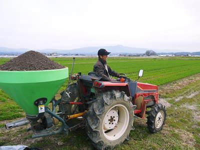 七城米 長尾農園 平成28年度のお米作りがスタートです!まずは満遍なく堆肥をまきます!!_a0254656_17431622.jpg