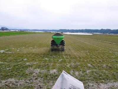 七城米 長尾農園 平成28年度のお米作りがスタートです!まずは満遍なく堆肥をまきます!!_a0254656_18103850.jpg