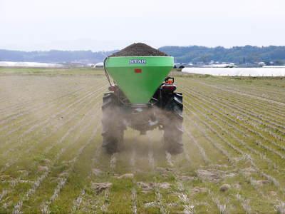 七城米 長尾農園 平成28年度のお米作りがスタートです!まずは満遍なく堆肥をまきます!!_a0254656_18152552.jpg