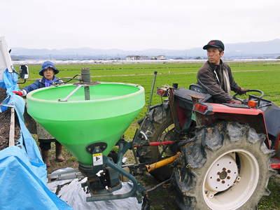七城米 長尾農園 平成28年度のお米作りがスタートです!まずは満遍なく堆肥をまきます!!_a0254656_18243853.jpg