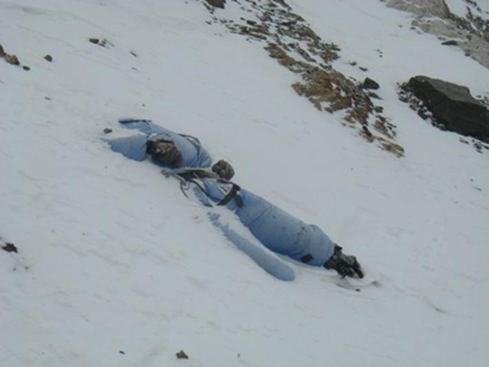 残される遺体たち…道しるべのためにエベレストに放置される200体以上の遺体_b0163004_06074823.jpg
