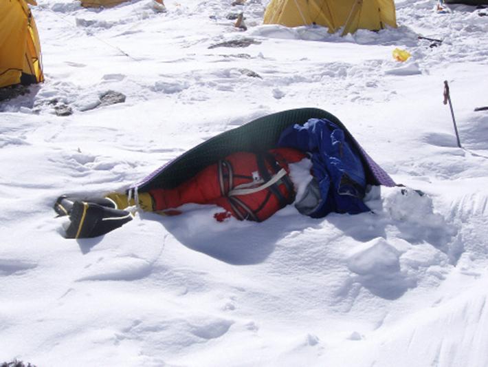 残される遺体たち…道しるべのためにエベレストに放置される200体以上の遺体_b0163004_06085080.jpg