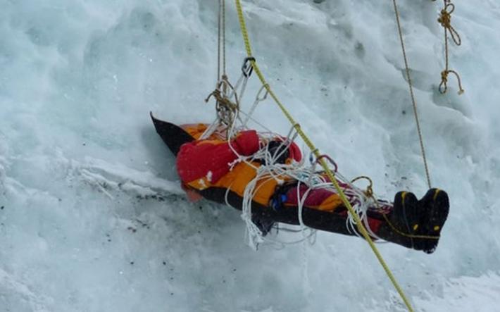 残される遺体たち…道しるべのためにエベレストに放置される200体以上の遺体_b0163004_06113313.jpg