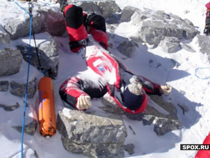 残される遺体たち…道しるべのためにエベレストに放置される200体以上の遺体_b0163004_06122774.jpg