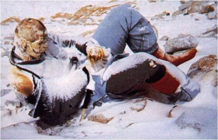 残される遺体たち…道しるべのためにエベレストに放置される200体以上の遺体_b0163004_06140719.jpg