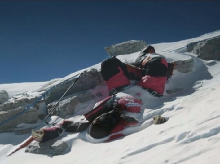 残される遺体たち…道しるべのためにエベレストに放置される200体以上の遺体_b0163004_06150255.jpg