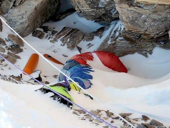 残される遺体たち…道しるべのためにエベレストに放置される200体以上の遺体_b0163004_06180752.jpg