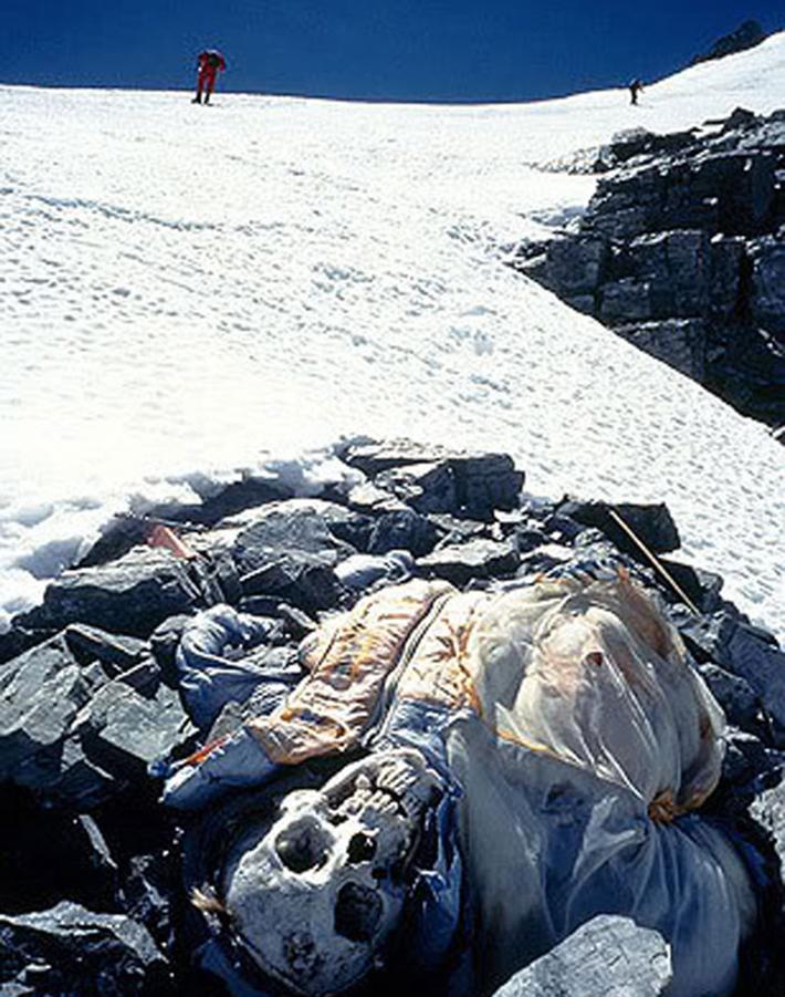 残される遺体たち…道しるべのためにエベレストに放置される200体以上の遺体_b0163004_06205298.jpg