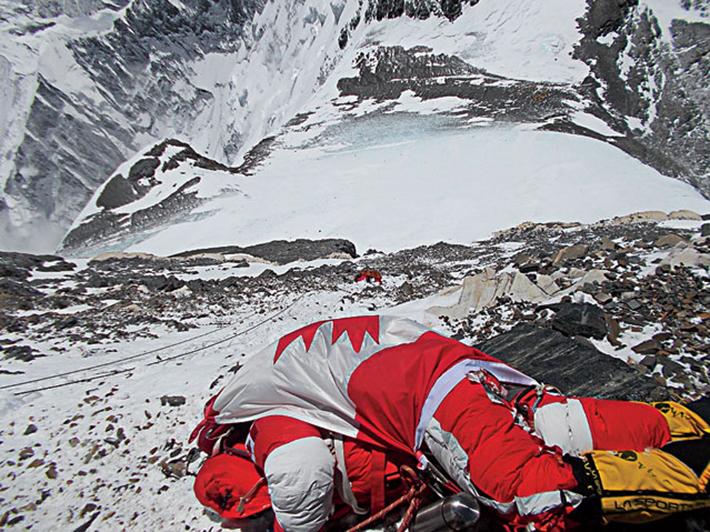 残される遺体たち…道しるべのためにエベレストに放置される200体以上の遺体_b0163004_06223235.jpg