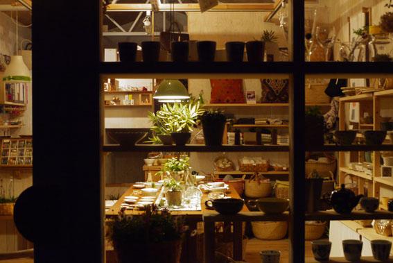心地よい疲労感&照明に浮かぶテーブル_c0334574_19335042.jpg