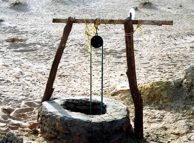 砂漠の井戸がうたっている : 写...