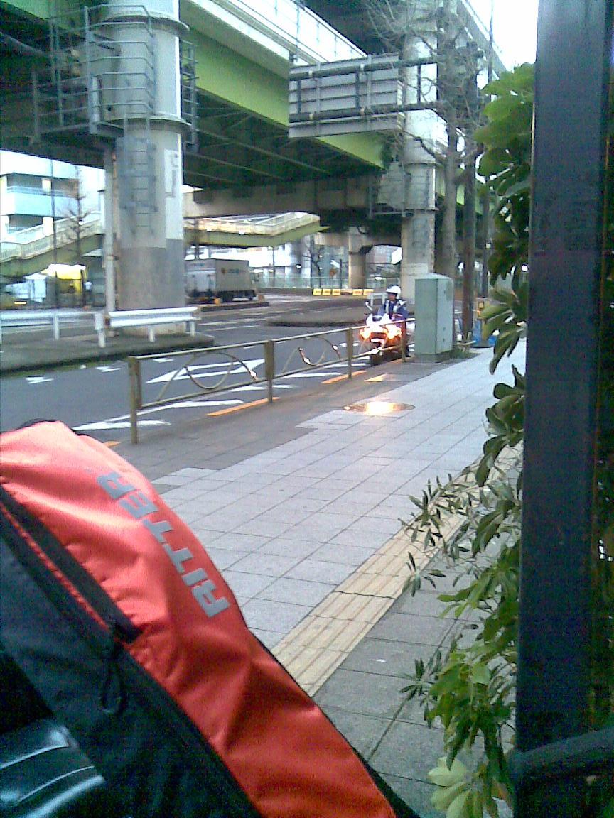 隠れている警察車両、池袋のいつものスタジオ前_d0061678_2362278.jpg