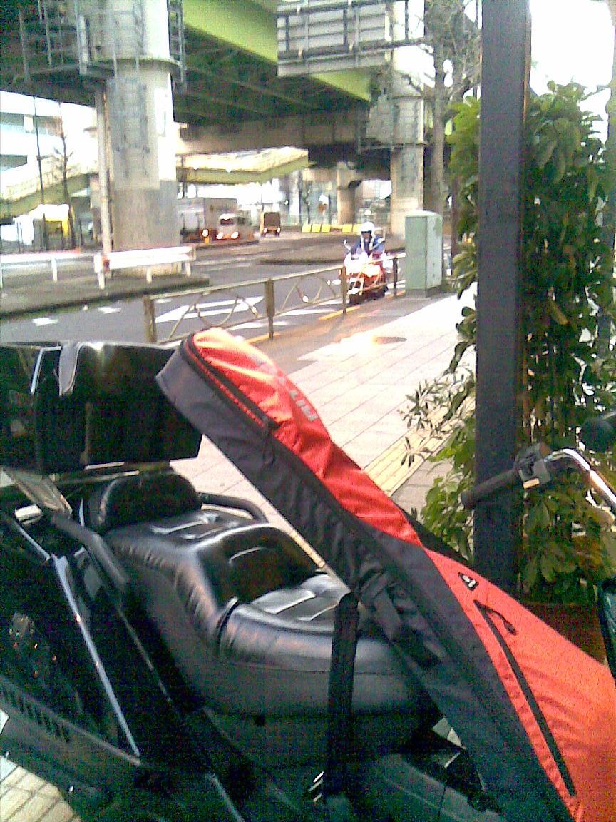 隠れている警察車両、池袋のいつものスタジオ前_d0061678_2362852.jpg