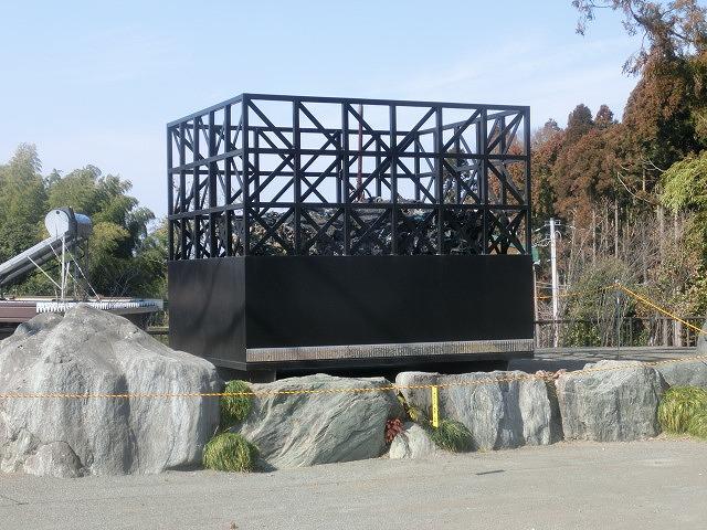 明日で東日本大震災から5年 「福島第一発電所原発建屋」をイメージした作品が富士芸術村に_f0141310_8141381.jpg