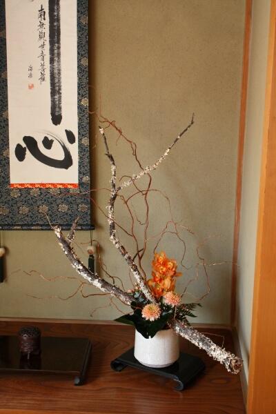 法事 床の間・玄関の花。_a0085317_18244286.jpg