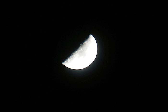 上弦の月_e0016894_0144857.jpg