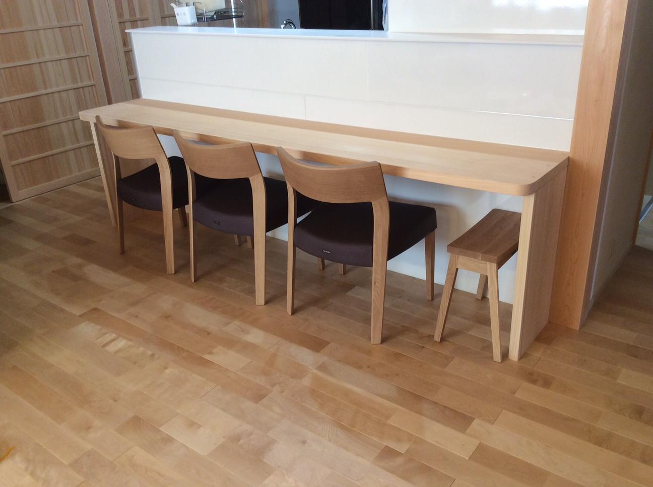 厚みのあるテーブル天板と、チェアの背板。 カリモク家具 CU61モデルチェア_d0224984_19402768.jpg