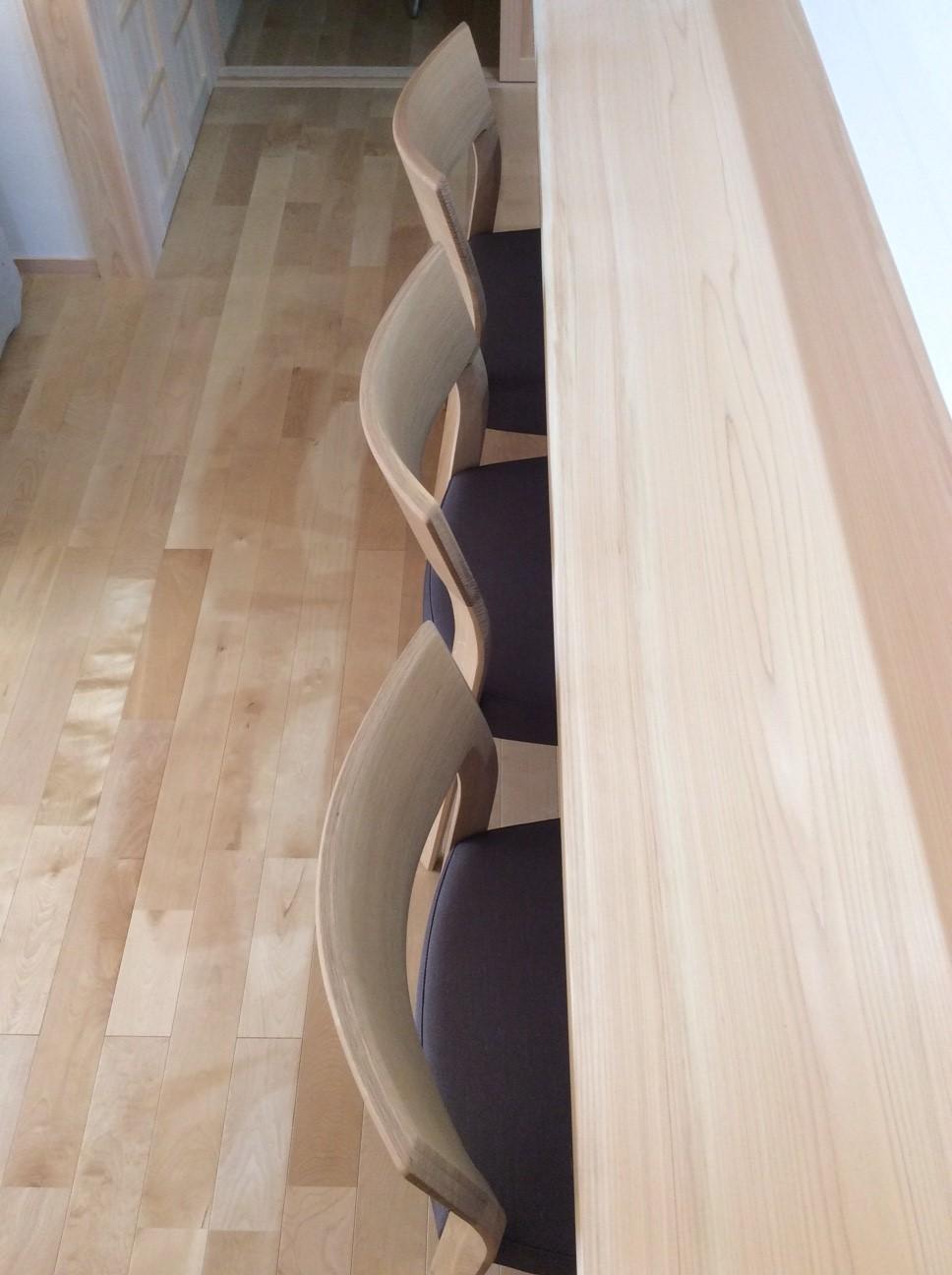 厚みのあるテーブル天板と、チェアの背板。 カリモク家具 CU61モデルチェア_d0224984_1943157.jpg