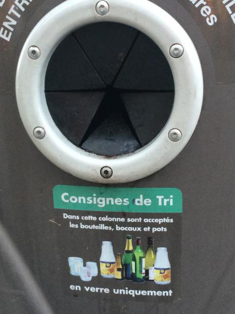 パリの清掃車と町中に置いてあるゴミ箱_d0337937_05194115.jpg